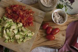 Tartar de tomate y aguacate en elaboración - Sabor Granada