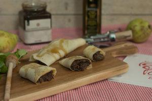 Crepes de morcilla con pera y miel para emplatar - Sabor Granada