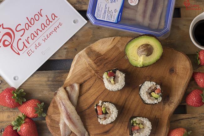 Receta para hacer sushi de sardina con aguacate y fresas - Sabor Granada