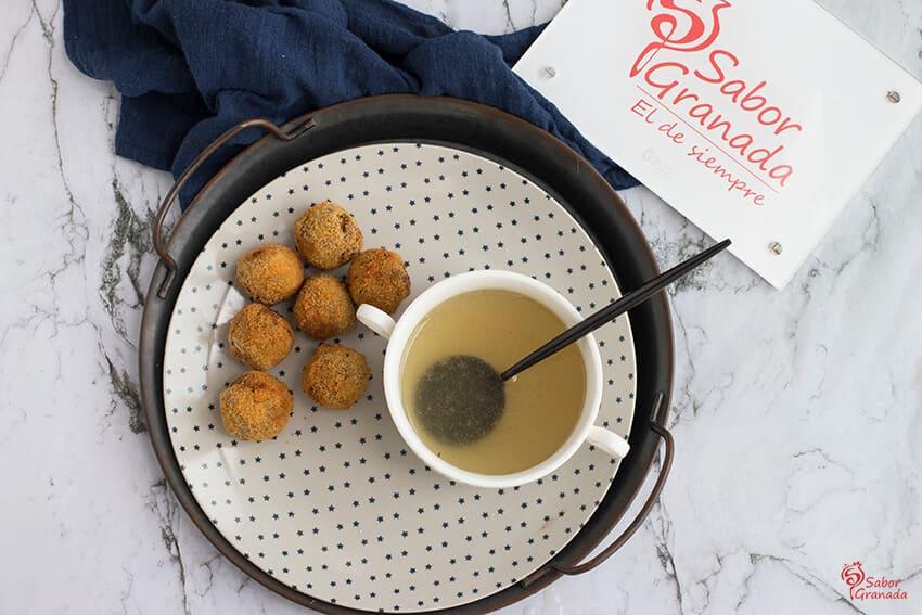 Receta de consomé navideño y croquetas de cocido - Sabor Granada
