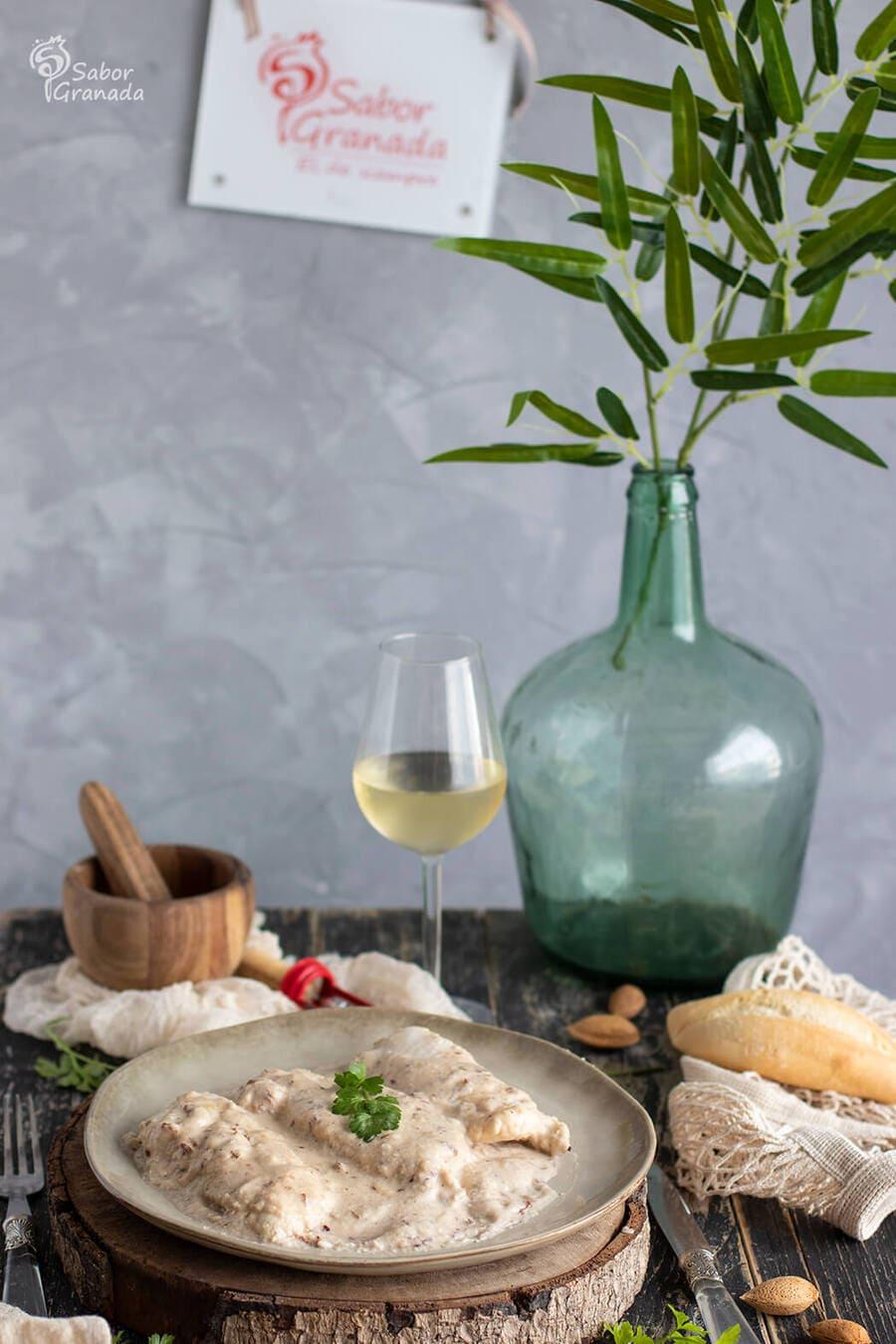 Receta de merluza con salsa de almendras acompañada con vino blanco - Sabor Granada
