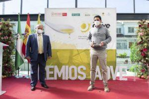 Fotografía de uno de los ganadores de los Premios AOVE Sabor Granada recogiendo el galardón