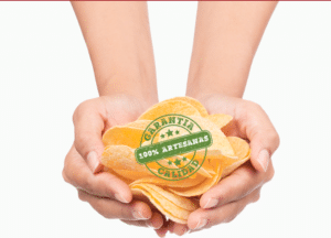 Patatas 100% artesanas de Fersan en unas manos - Sabor Granada