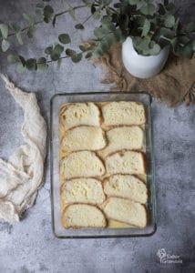 Pan para hacer las torrijas tradicionales empapado en huevo - Sabor Granada
