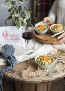 Plato de ensalada de arroz integral con verduras - Sabor Granada