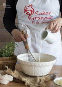 Segundo paso de la receta de magdalenas de queso y romero: añadimos la leche - Sabor Granada