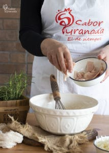 Tercer paso de la receta de magdalenas de queso y romero: añadimos los trozos de pechuga de pavo - Sabor Granada