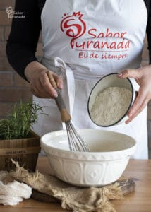 Quinto paso de la receta de magdalenas de queso y romero: añadimos la harina - Sabor Granada