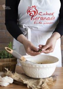 Sexto paso de la receta de magdalenas de queso y romero: añadimos el romero y salpimentamos - Sabor Granada