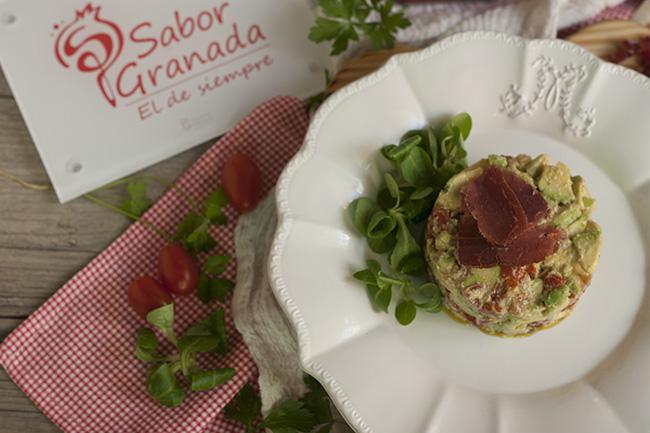Receta para hacer Tartar de tomate y aguacate de la Costa Tropical con ajoblanco y cecina de Graná - Sabor Granada
