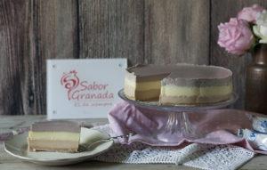 Tarta Tres Chocolates con una porción cortada Sabor Granada