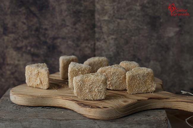 Triángulos de queso sobre mermelada de tomate - Sabor Granada