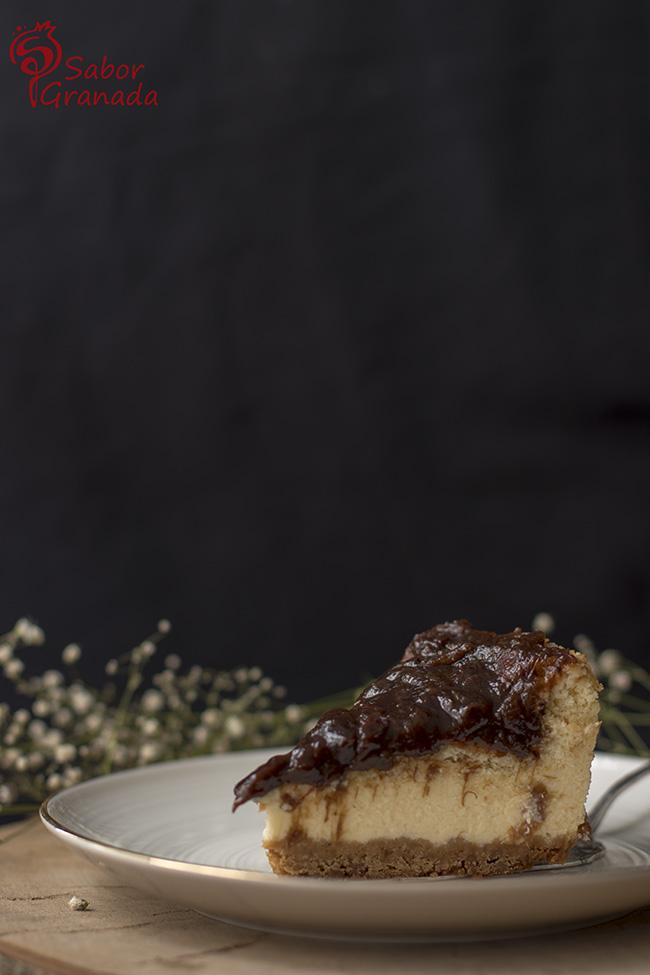 Porción de tarta de queso y ruibarbo - Sabor Granada