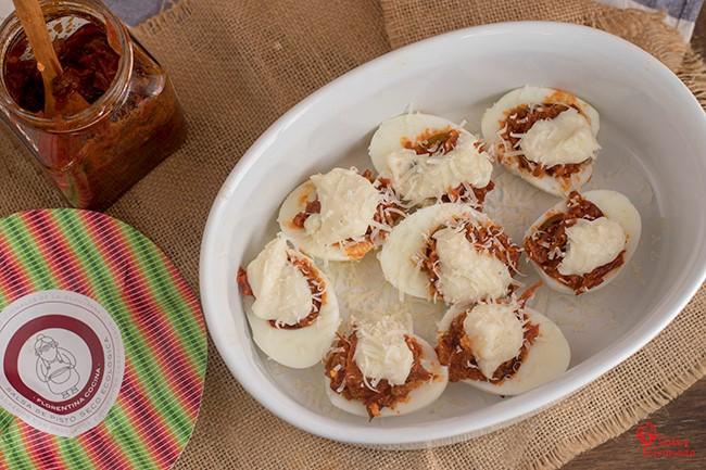 Huevos rellenos de pisto en proceso de elaboración - Sabor Granada