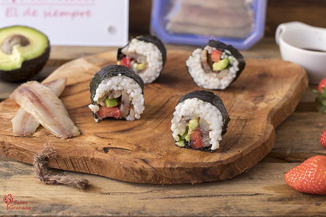 Cómo hacer sushi de sardina con aguacate y fresas - Sabor Granada