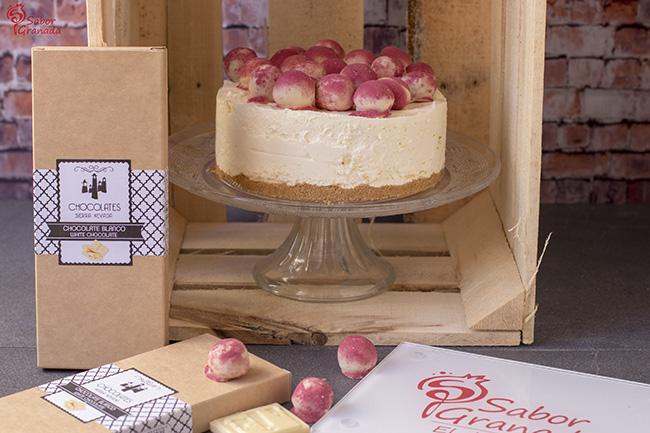 Tarta de queso y chocolate blanco con bombones de frutos rojos - Sabor Granada