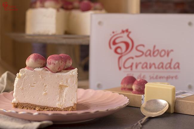 Receta para hacer tarta de queso y chocolate blanco con bombones de frutos rojos - Sabor Granada