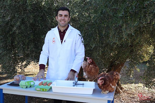 Empleado de Huevos Garrido con dos gallinas - Sabor Granada
