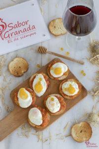Tosta de sobrasada, huevos de codorniz y perlas de miel - Sabor Granada