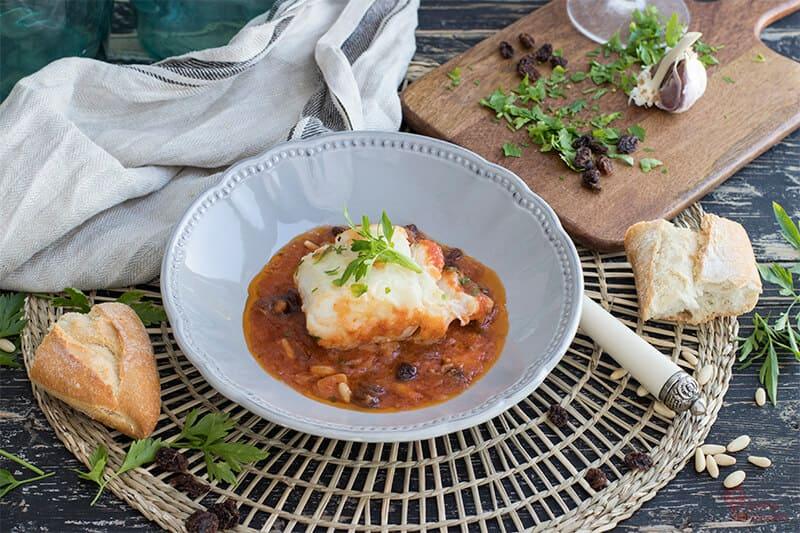 Cómo hacer Bacalao en salsa de tomate, piñones y pasas - Sabor Granada