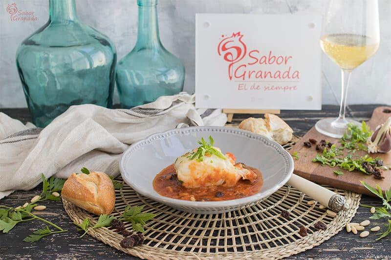 Bacalao en salsa de tomate, piñones y pasas - Sabor Granada