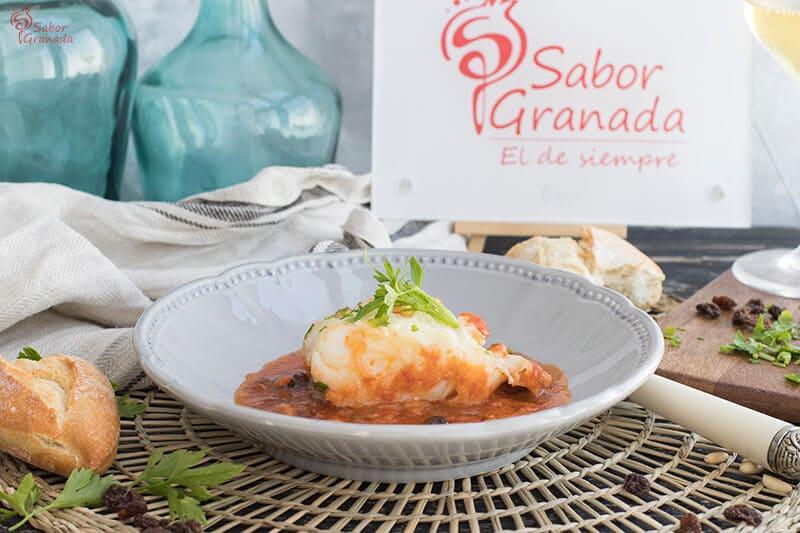 Receta para hacer Bacalao en salsa de tomate, piñones y pasas - Sabor Granada