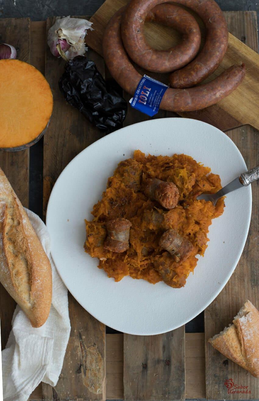 Elaboración de la receta de calabaza frita con chorizo - Sabor Granada