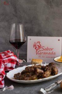 Presentación del plato de Costillas al ajillo - Sabor Granada