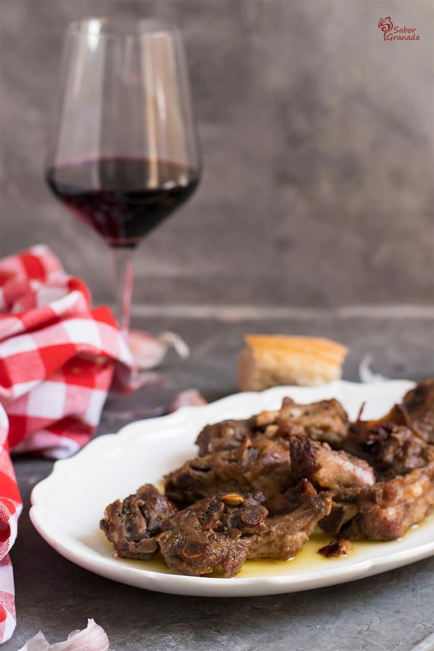 Elaboración del plato de Costillas al ajillo - Sabor Granada