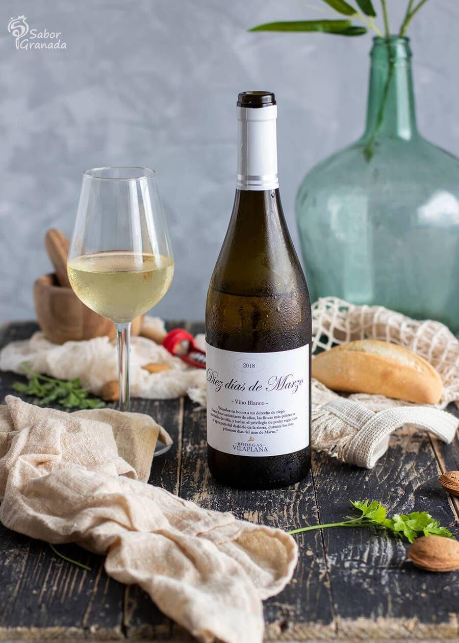 Vino blanco Diez días de Marzo de Bodegas Vilaplana para la elaboración de la receta de merluza con salsa de almendras - Sabor Granada