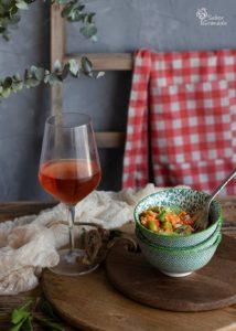 Recetas con lentejas: Ensalada de lentejas acompañada con vino rosado - Sabor Granada
