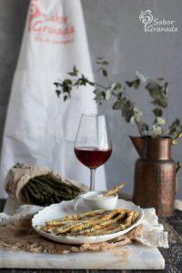 Presentación de los espárragos rebozados al horno acompañados con vino rosado - Sabor Granada