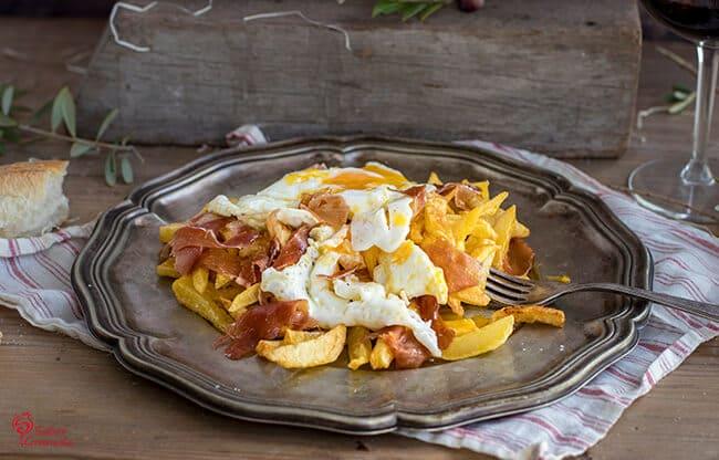 Huevos camperos con patatas y jamón de la Alpujarra - Sabor Granada