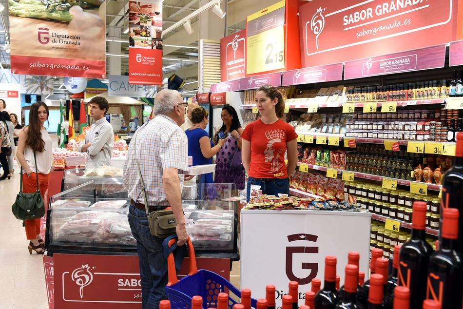 Compradores viendo productos de Sabor Granada en Carrefour