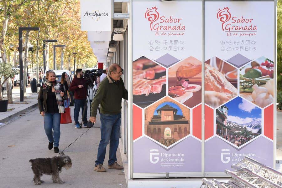 Asistente a la Feria Sabor Granada se acerca a un stand - Sabor Granada