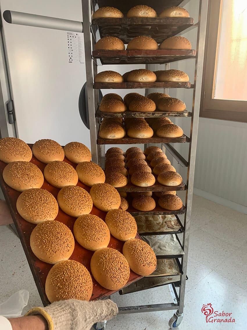 Panes de hamburguesa recién elaborados de la Panadería Gerardo - Sabor Granada