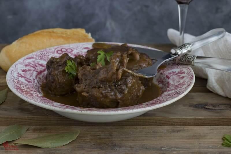 Presentación del plato de rabo de toro estofado - Sabor Granada