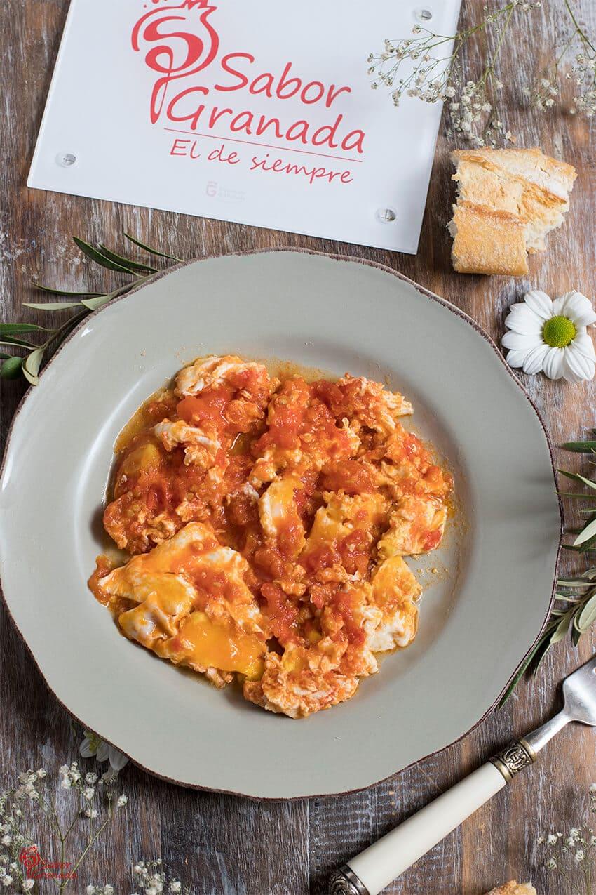 Revuelto de tomates con huevos - Sabor Granada
