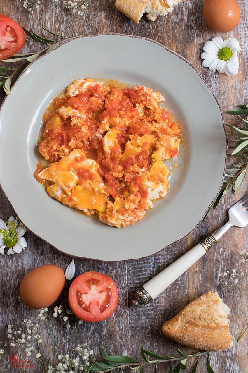 Presentación del plato: Revuelto de tomates con huevos - Sabor Granada