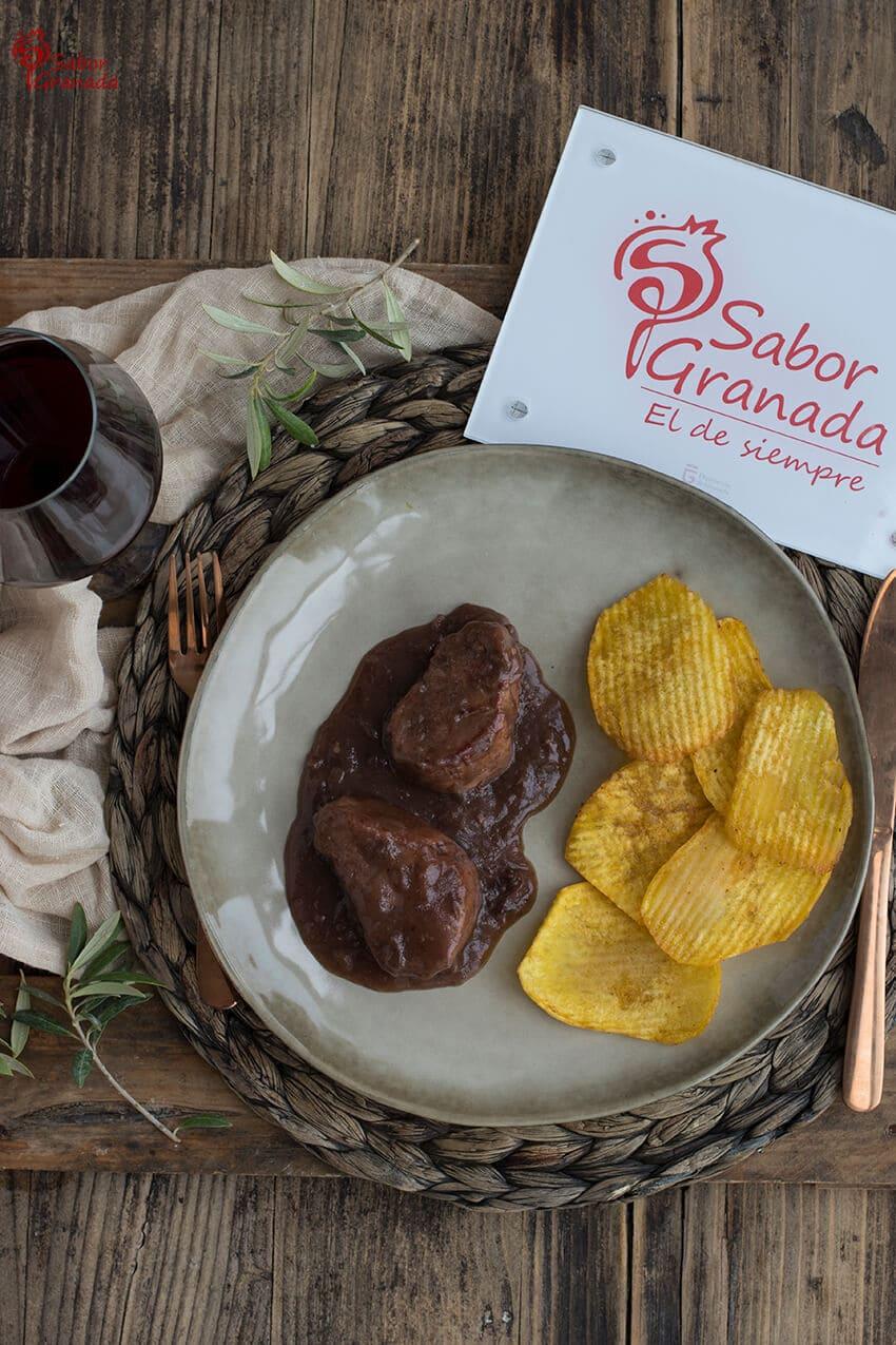 Presentación de la receta de solomillo al vino semidulce con patatas onduladas - Sabor Granada