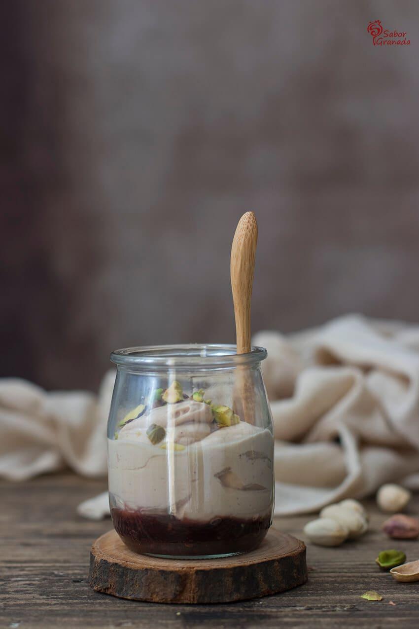 Elaboración de la receta de Yogur de foie con pistachos - Sabor Granada