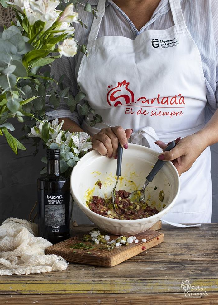 Steak tartar en proceso de elaboración - Sabor Granada