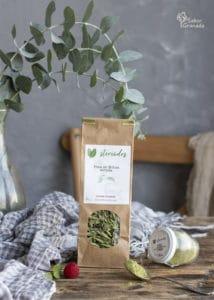 Hojas de stevia natural utilizada para hacer el pastel de chocolate sin azúcar - Sabor Granada