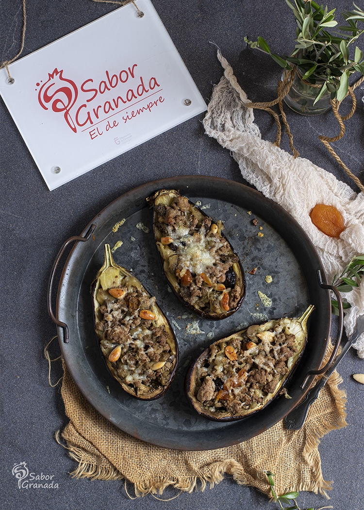 Presentación de las berenjenas rellenas de carne de cordero y frutos secos - Sabor Granada