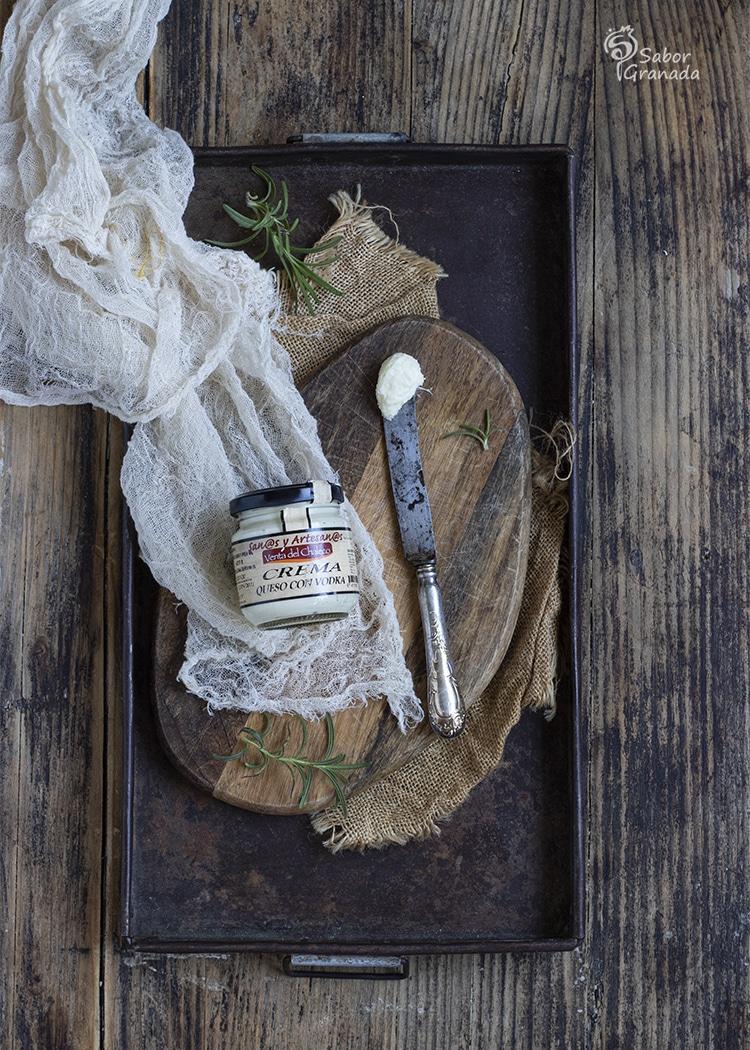 Crema de queso con vodka de la Venta del Chaleco para el relleno de esta receta de pan al horno - Sabor Granada