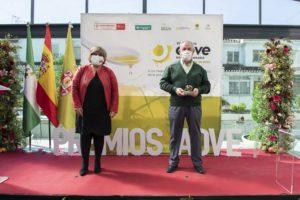 La Diputada Ana Muñoz entrega uno de los Premios AOVE Sabor Granada 2020