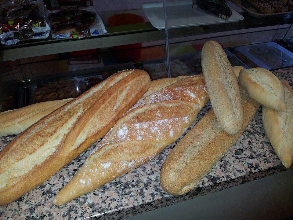 Variedad de panes de la Panadería Pastelería La Ermita - Sabor Granada