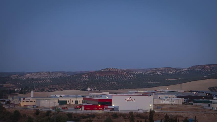 Vista de la fábrica de Mariscos Apolo con la sierra de fondo - Sabor Granada