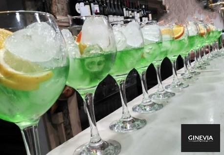 Varias copas con ginebra de stevia de Ginevia - Sabor Granada