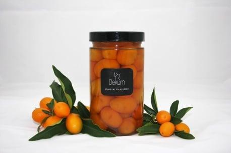 Bote de kumquat en almíbar de Dekúm junto a frutas - Sabor Granada